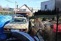 Kolem domu v Puklicích na Jihlavsku, v němž bydlí obviněný Petr Paul, bylo ve čtvrtek možné napočítat šestnáct zaparkovaných aut nejrůznějších značek.