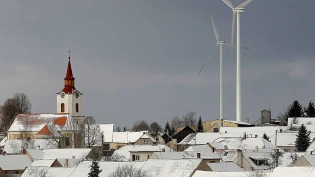 Větrné elektrárny v Pavlově na Jihlavsku (na snímku) jsou v zimě nebezpečné.