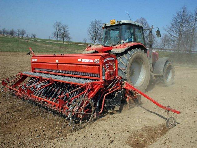 Zemědělci v Lukách nad Jihlavou včera seli krmné boby.