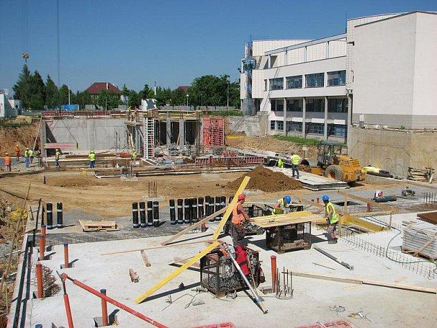 Prostranství v areálu nemocnice se už proměnilo v živé staveniště.