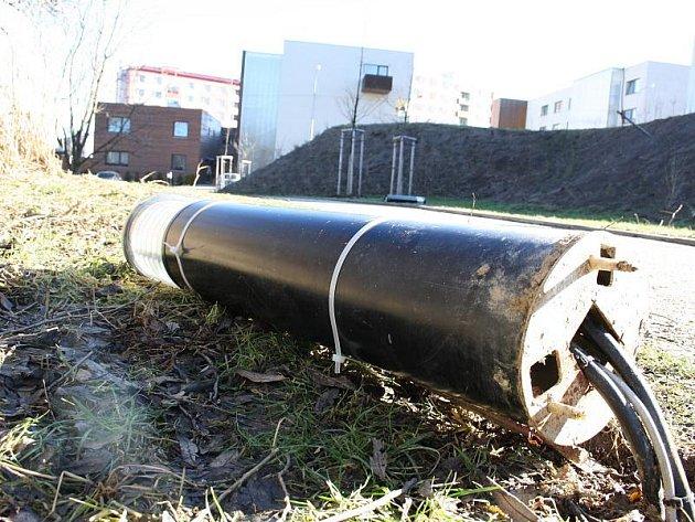 Nejen jihlavská zeleň čelí útokům vandalů. Například nové osvětlení u Hellerova rybníka také někdo před časem poničil.