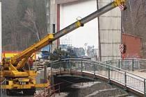 Přes řeku Jihlávku už v blízkosti letního kina vyrostla nová lávka. Revitalizace celého území by měla být hotová přibližně za tři čtvrtě roku.