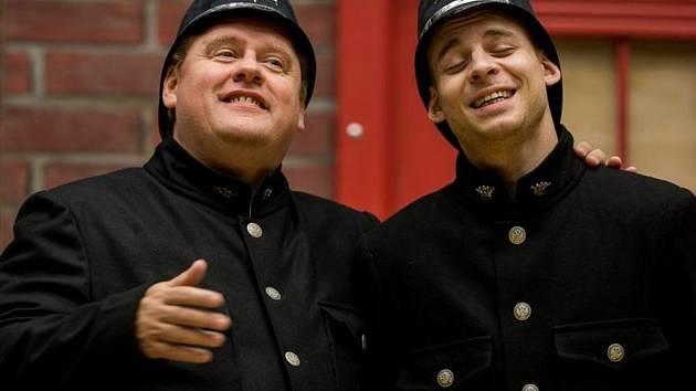 Václav Kopta (vlevo) a Vojtěch Záveský jako dva citliví policisté v komedii Lháři.