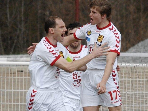 Stoper Petr Tlustý (vpravo) si společně s kapitánem FC Vysočina Michalem Kadlecem (vlevo) a Jiří Gábou vychutnává radost z vyrovnávacího gólu.