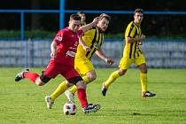 Překvapením skončil sobotní zápas mezi fotbalisty HFK Třebíč (v červeném) a hostujícím Bedřichovem (v modrožlutém). Celek z Jihlavska zvítězil vysoko 3:0.