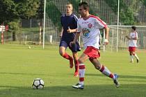 Fotbalisté Bedřichova (v bílém) tréninkové individuální plány nemají. Je prý na každém, jak se bude udržovat v kondici.
