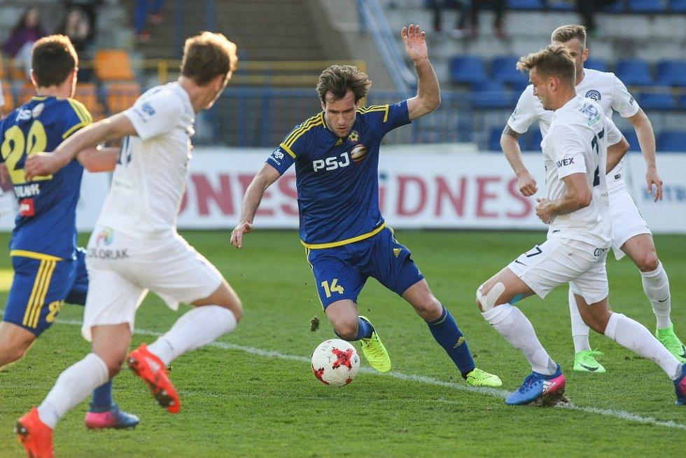 Jihlavští fotbalisté ani po reprezentační přestávce nepřesvědčili. V sobotním duelu proti Slovácku předvedli hodně matný výkon a po bezbrankové remíze ještě hlouběji zabředli do sestupového bahna.