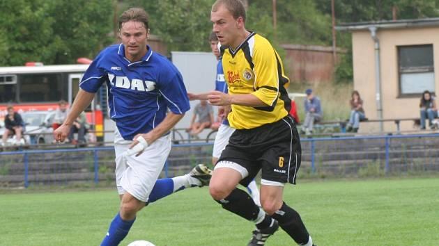 Do 2. kola Poháru ČMFS postupuje po vítězství 2:1 v Havlíčkově Brodě Žďár nad Sázavou. O druhý gól hostů se postaral navrátilec do sestavy Daniel Bratršovský (v modrém v souboji s Martinem Nepovímem).