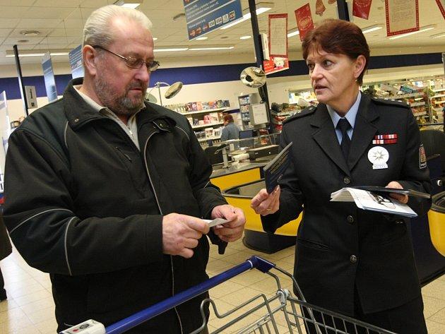 V předvánočním čase se vydávají do obchodů i policisté, aby nakupující upozornili na nebezpečí ztráty peněz a osobních dokladů.