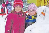 Během stavění sněhuláků si děti z batelovské družiny užily legraci.