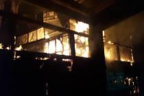 Rozsáhlý požár seníku likvidovalo osm jednotek hasičů.