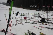 V úterý čekaly mladé lyžaře na Zimní olympiádě dětí a mládeže na Šacberku paralelní slalomy. Přestože začalo sněžit, museli se účastníci pod sjezdovkou vyhýbat blátu.