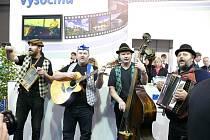 Umí hovno. Tak se jmenuje kapela z Jihlavy, která hraje rozličné šlágry po vzoru Šlapeta. Loni na Regiontouru pobavili návštěvníky vysočinského stánku, který byl laděn do filmového stylu.