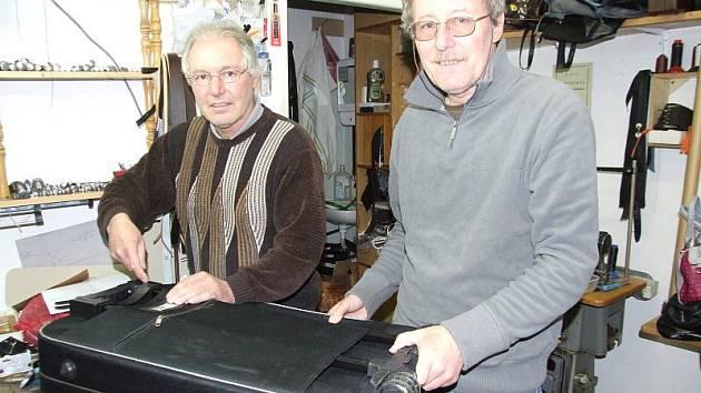 Bratři Ivan a Jiří Čermákovi si umí poradit s kdejakou opravou. Vědí si rady i s kolečky objemného kufru.