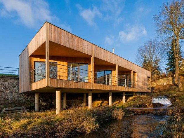 Ekologický dům. Pasivní dřevostavba v Telči stojí na sloupech kvůli nebezpečí záplavy.