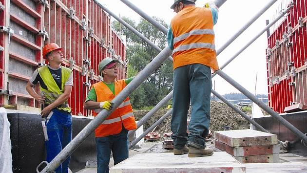 Dělníci na mostě u bývalého lihovaru mezi Puklicemi a Střížovem