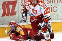 Na stadionech soupeřů sbírají hokejisté jihlavské Dukly (na snímku ležící Tomáš Čachotský) body jen sporadicky. Zřejmě nejhorší zápas letos sehráli v Hradci Králové.