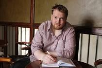 Papír vždy po ruce. Mladý autor poezie Marek Hon (na snímku) při sobě nosí vždy a všude tužku a papír.