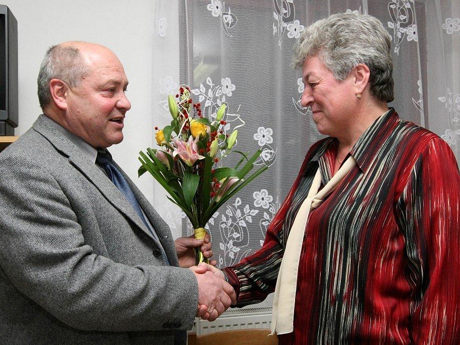 Volba nového starosty Brtnice. Starosta Stanislav Jirků je vlevo, odstupující Marie Kružíková vpravo.