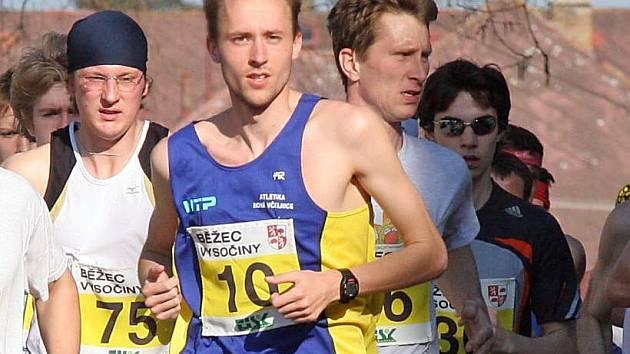 Běžec Vysočiny pokračuje v jihlavském lesoparku Heulos. S číslem 10 běží vítěz z prvního závodu na Pávově Robin Vohídal.