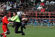 Velkomeziříčského gólmana Martina Padrnose právě hlavou překonává Jan Šimoníček ze Žďáru.