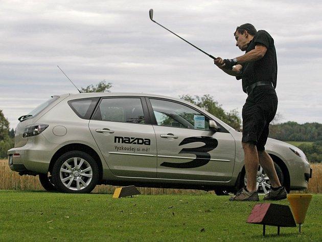 """Celý tento týden soutěží golfisté nahřišti v areálu Šiškův Mlýn u Telče o osobní auto Mazda.  Koná se tam akce pod heslem """"Hole in one""""."""