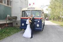 Trolejbus Škoda 7 Tr přilákal při oslavách MHD v roe 2018 i novomanželský pár.
