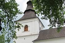 Věž kostela svaté Barbory v Přísece se dočká nové střechy. Ta stávající je ve špatném stavu.