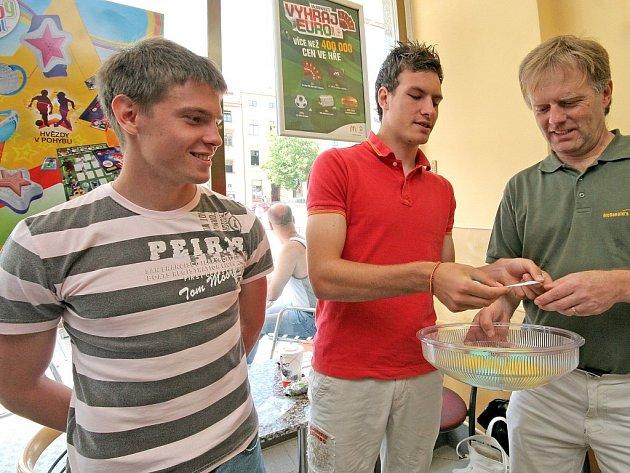 Účastníci celostátního finále školních fotbalových družstev McDonald's Cup 2007/2008 už znají své soupeře. Pondělního losování se zúčastnili i fotbalisté FC Vysočina Michael Rabušic (na snímku uprostřed) a Tomáš Cihlář (vlevo).