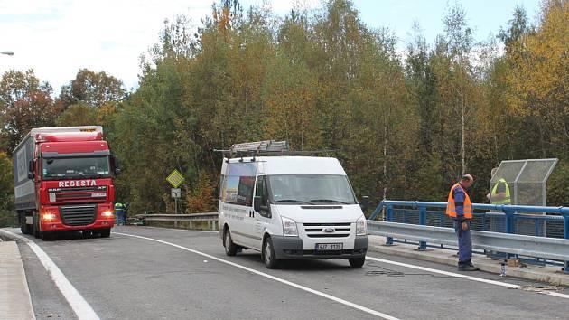 Na mostě v Pávovské ulici se ještě v úterý dolaďovaly poslední detaily. Během chvíle tudy projelo několik cyklistů, a dokonce tam navigace dovedla i kamion. Oficiálně je most otevřen ode dneška.