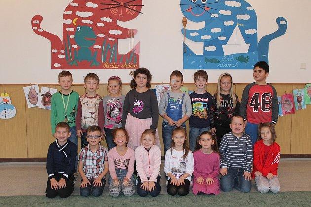 Na fotografii jsou žáci 1.B třídy jihlavské základní školy Demlova. Jejich třídní učitelkou je Sylva Tomanová. Spolu sní je ve třídě asistentka pedagoga Ludmila Mičánová. Vletošním roce nastoupilo do této první třídy 22prvňáčků.
