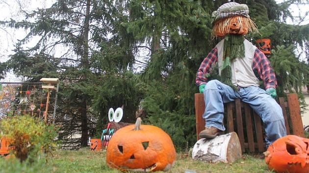 Trávník u jihlavské ulice Leoše Janáčka je vyzdobený v podzimním duchu.