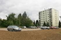 Nové parkoviště v Nerudově ulici u osmipatrových paneláků už se plní auty.