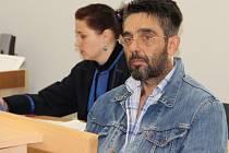 Recidivista Jiří Srp z Kladna byl už patnáctkrát soudně trestán. Z toho to bylo osmkrát za podvod. Včera dostal dalších šest let.