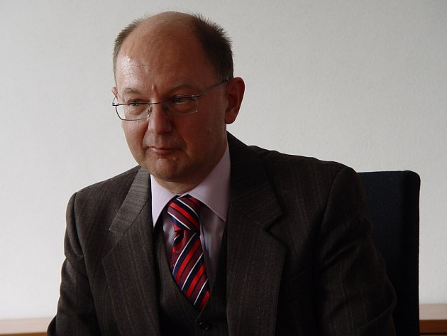 Dlouholetý předseda Okresního soudu v Jihlavě Vladimír Sova odchází na dvouměsíční stáž na jihlavskou pobočku brněnského krajského soudu. V zákulisí se spekuluje o tom, že to může být natrvalo.