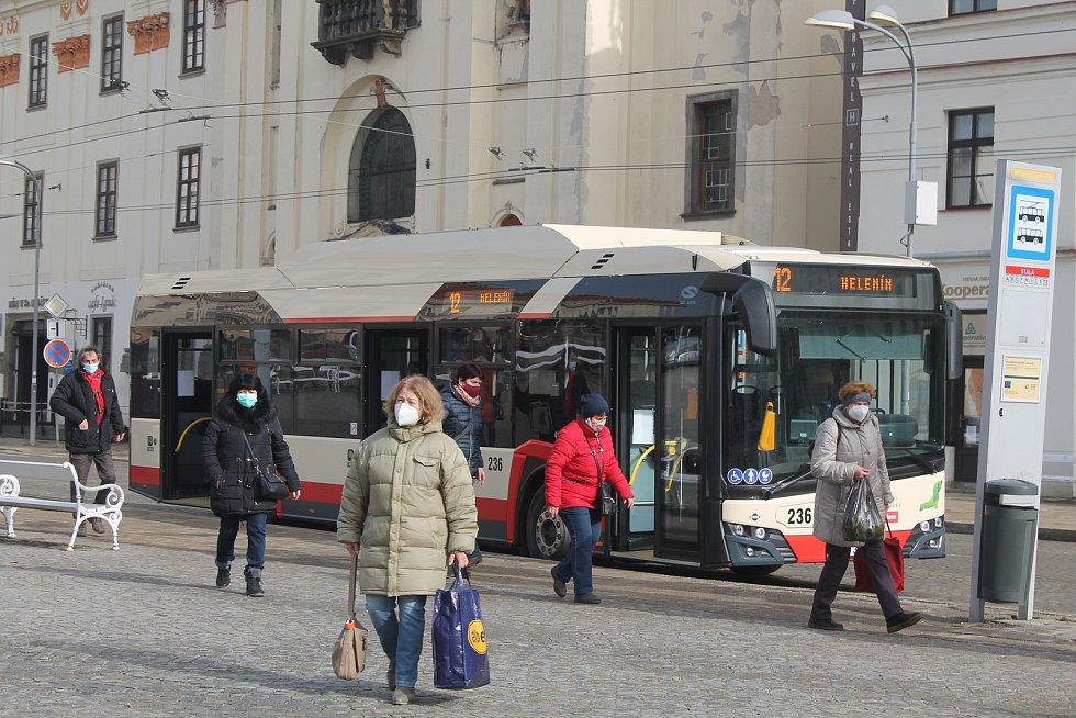 Cestující v jihlavské MHD.