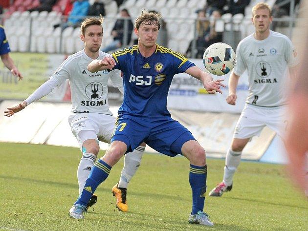 Hrdina. Záložník Petr Hronek projevil v utkání s Olomoucí svůj talent dostat se do brankových příležitostí. Dvě z nich s přehledem proměnil a výrazně se podepsal pod první jarní výhru Vysočiny.