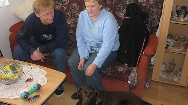 Fenka labradorského retrívra Cheryl je opravdu společenský pes. Od svých rodinných příslušníků Petry a Jana Marečkových se ani nehne.