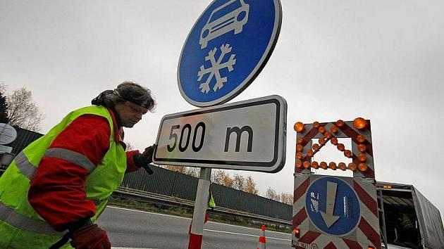 Vedení kraje Vysočina by do budoucna přivítalo zavedení celorepublikové povinnosti používat zimní pneumatiky. Odpadlo by tak náročné povolování umisťování značek Zimní výbava a jejich každoroční instalace. Ilustrační foto.