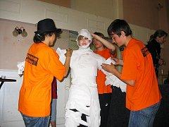 Vytvořit maskota z toaletního papíru museli soutěžíci během deseti minut.
