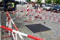 V pondělí po poledni se na Masarykově náměstí v Jihlavě propadla část komunikace. Ve spodní části náměstí se objevila díra, která se směrem pod povrch komunikace rozšiřovala. Na místo okamžitě dorazili správci podzemí.