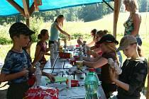 Děti kašírováním dělaly z pet lahví pověstné matrjošky. Namalované vypadaly velmi pěkně.