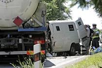 Řidič dodávky, která převážela peníze, nepřežil srážku s cisternou. K tragické nehodě došlo včera ráno u Vílance, hlavní tah z Jihlavy na Znojmo byl celý den uzavřený. Miliony střežili policisté.