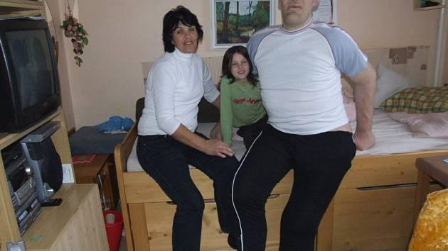 Tomáš Pustina (na snímku s matkou a neteří) už se nebude muset jen smutně dívat z okna. Speciálně upravené invalidní vozítko mu svým způsobem vrátí zpátky svobodu.