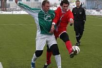 Ve Velkém Meziříčí (v červeném František Pokorný) mohou jen litovat, že fotbalový podzim končí. Hráči měli v závěru vynikající formu, což potvrdili čtyřmi výhrami v řadě.