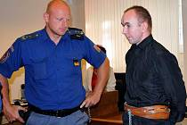 Krajský soud v Hradci Králové začal včera projednávat případ Zdeňka Čapka (vpravo), který čelí obžalobě ze znásilnění. Rozsudek zatím nenabyl právní moci, obhájce obžalovaného se odvolal.