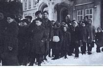 Snímek zachycuje německé děti na zámku Kamenice v zimě na přelomu let 1946 a 1947. Reprofoto.
