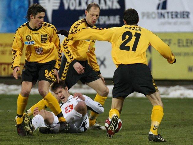Jihlavská obrana se stala v domácích zápasech neprůstřelnou tvrzí. Ve dvou utkáních nedostala Vysočina (zleva ve žlutém František Schneider, Michal Kadlec a Jiří Gába) ani jeden gól a její jarní skóre ze tří zápasů je 5:1.