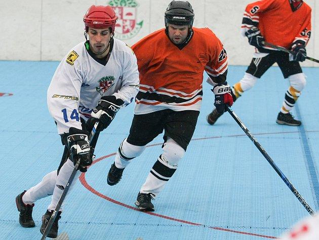 Jihlavští hokejbalisté (v bílém Jaroslav Javorka) sehráli v rámci přípravy turnaj v Litoměřicích, kde i přes okleštěnou sestavu opět patřili k nejlepším.