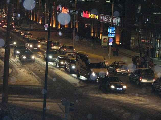 Doprava v Jihlavě ve středu navečer kolabuje. Na dálnici D1 u Jihlavy ve směru na Brno se totiž v odpoledních hodinách srazilo několik aut.